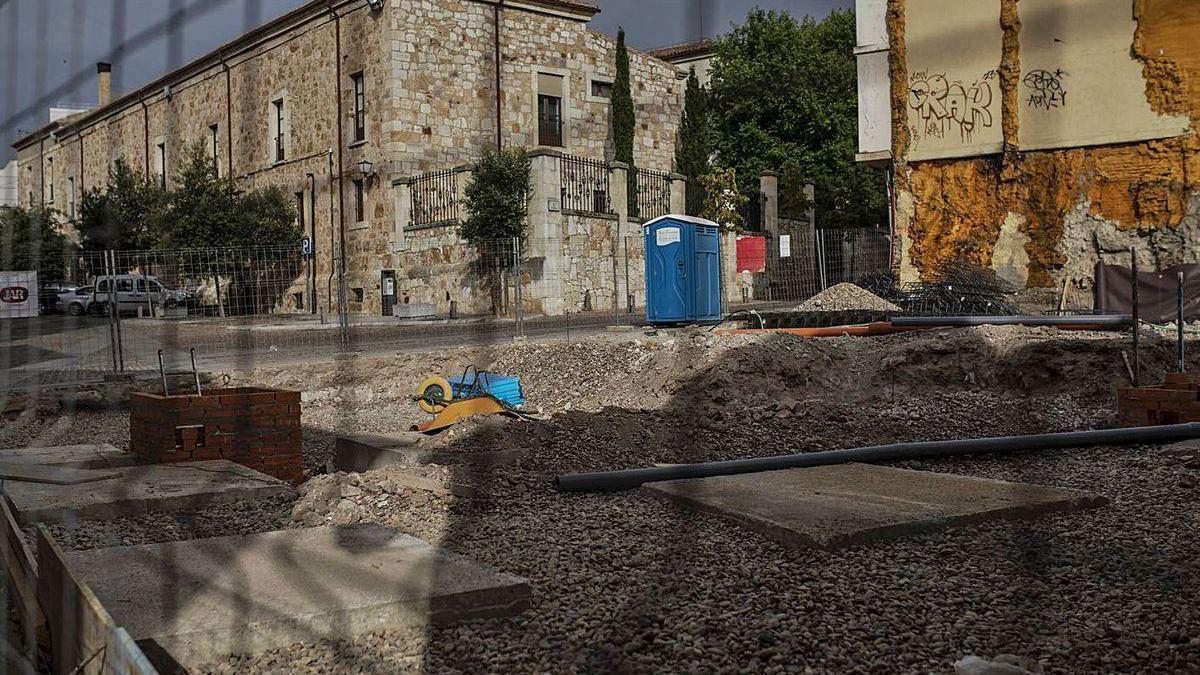 Imagen de la obra situada junto a la iglesia de Santa María la Nueva.