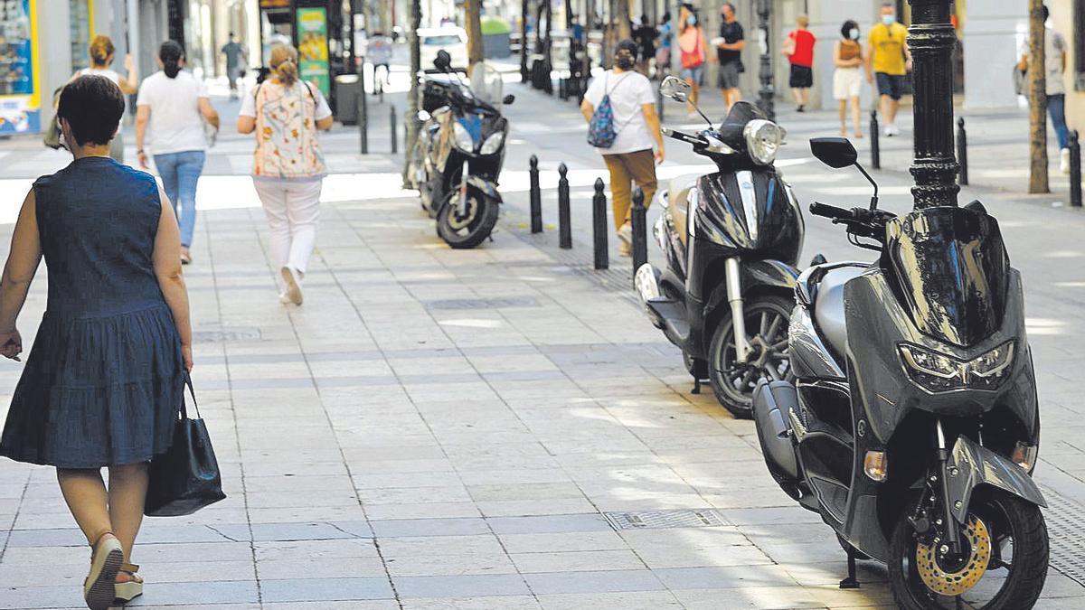 Varias motos aparcadas en la céntrica calle Don Jaime I, en Zaragoza