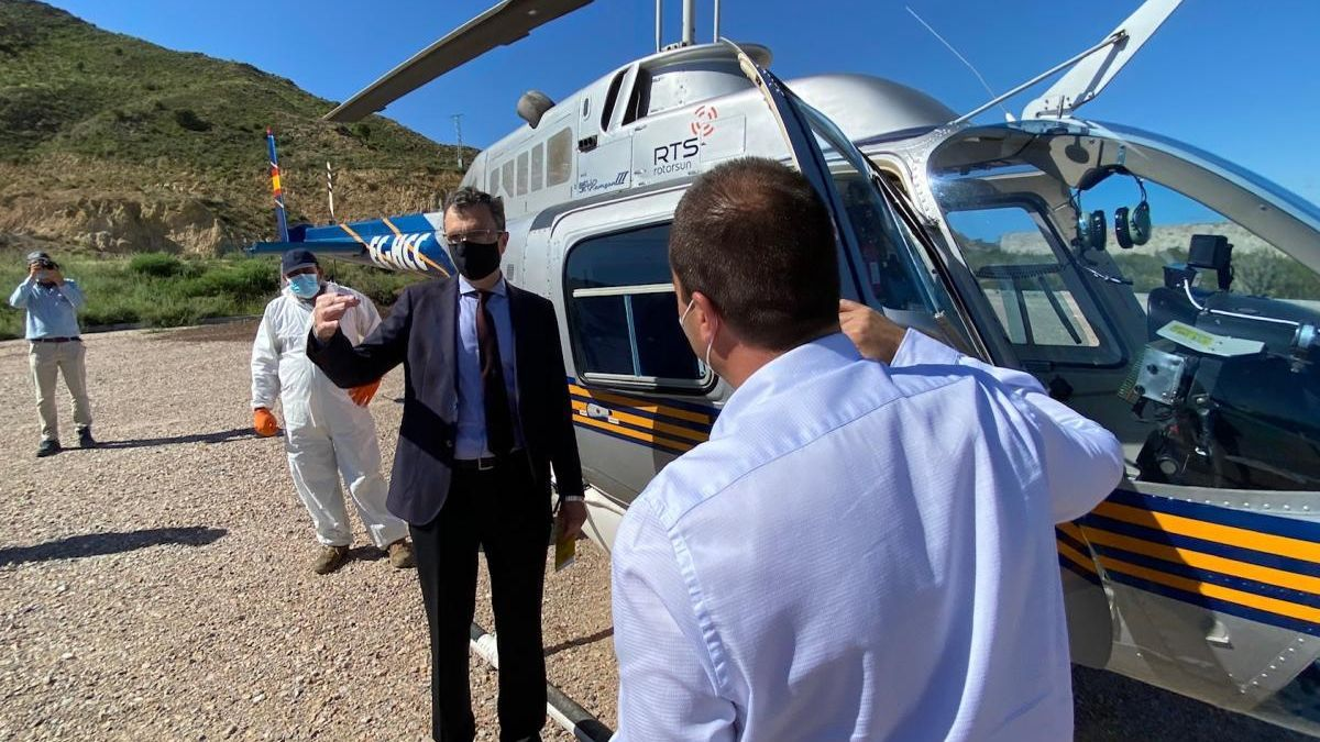Un helicóptero se une a las tareas de fumigación contra mosquitos en Murcia