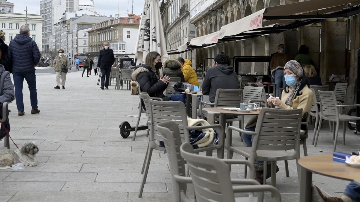 Personas en una terraza de A Coruña