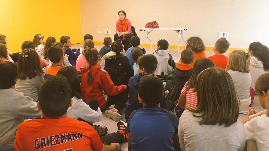 La portavoz de IU, Cristina Pontón, visita el colegio Carmen Ruiz-Tilve de Oviedo