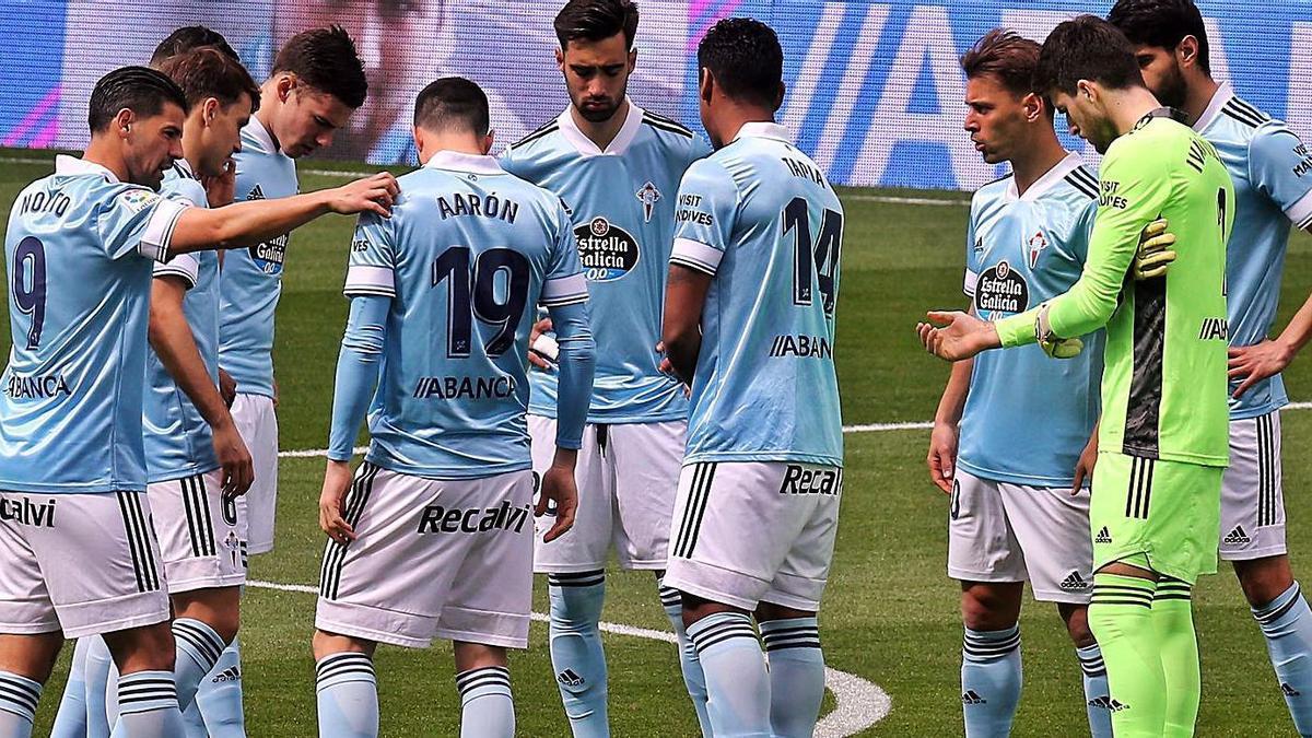 Los jugadores del Celta antes de comenzar un partido en Balaídos el pasado curso. // MARTA G.BREA