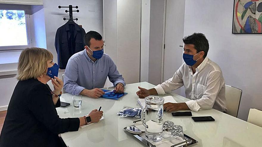 Mazón traslada a Valencia y Castellón su propuesta de rebajar el recargo del IAE