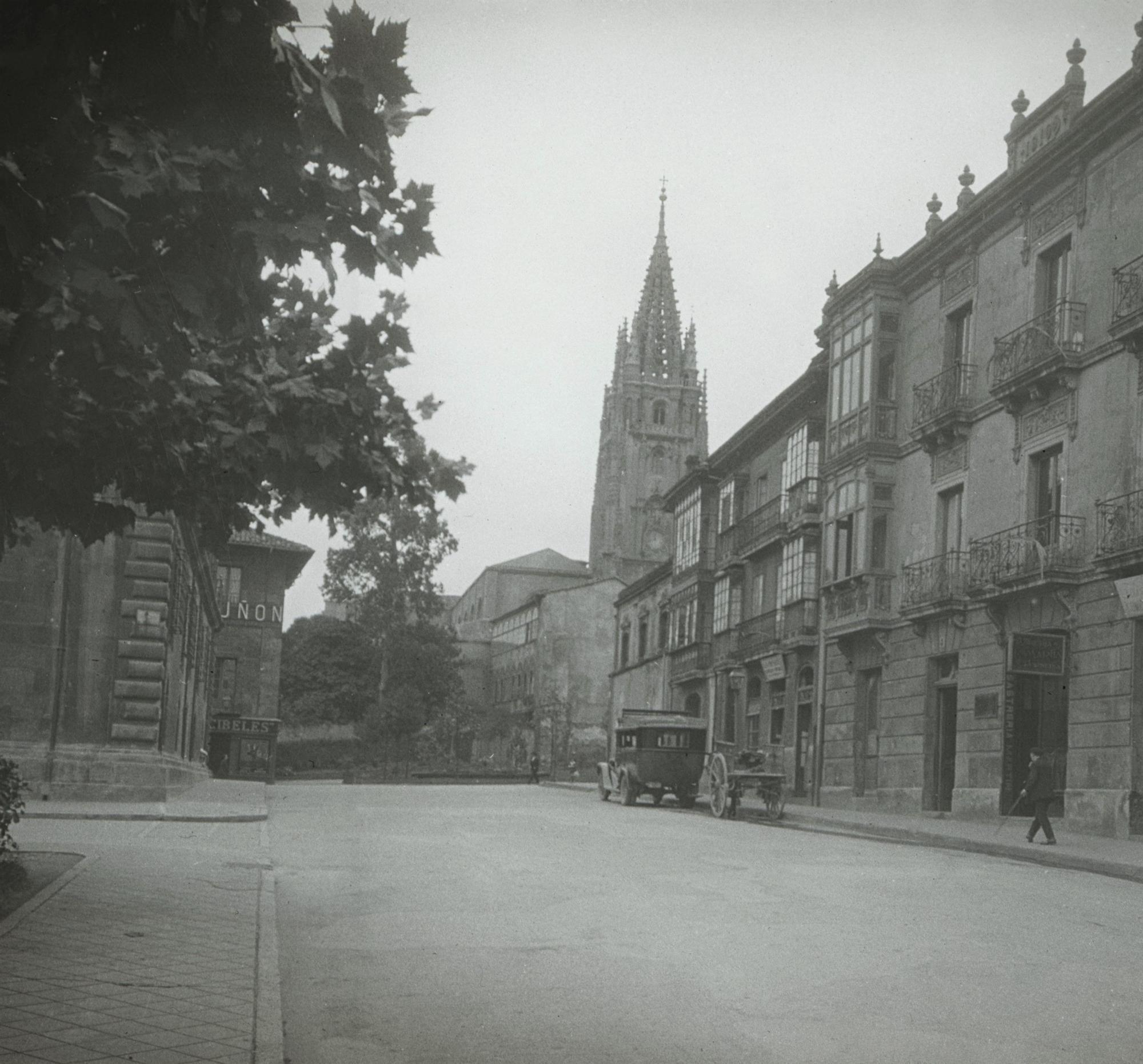 Plaza Porlier y catedral..jpg
