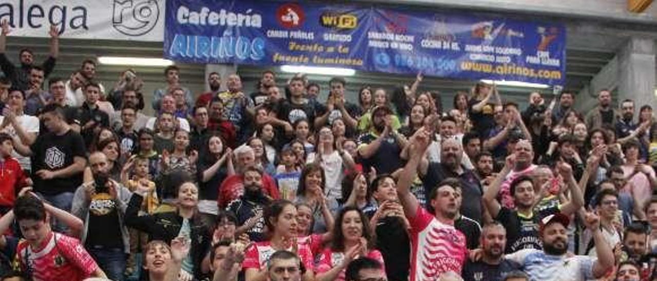 Los jugadores del Cangas, tras la salvación de la 17-18. // Santos Álvarez