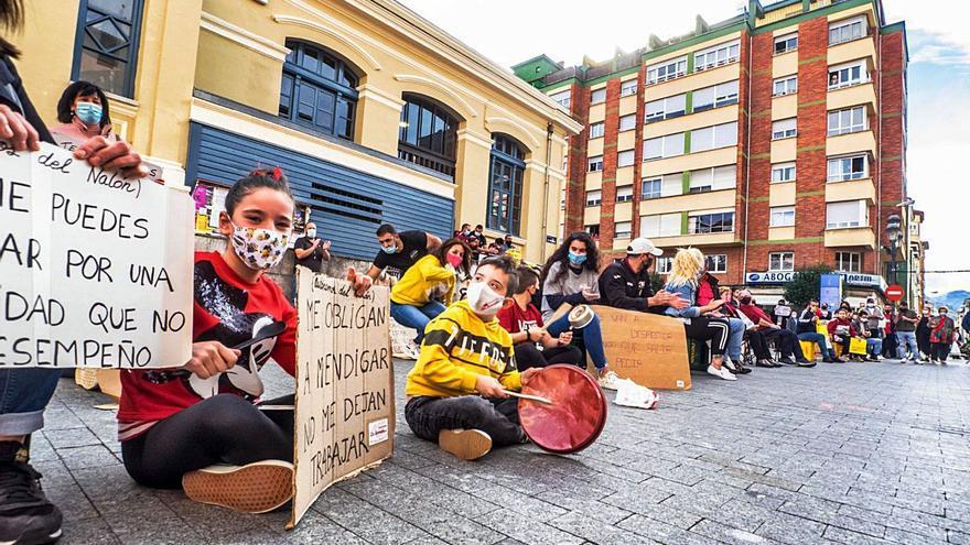El mercado dominical de Mieres amplifica la protesta del pequeño comercio