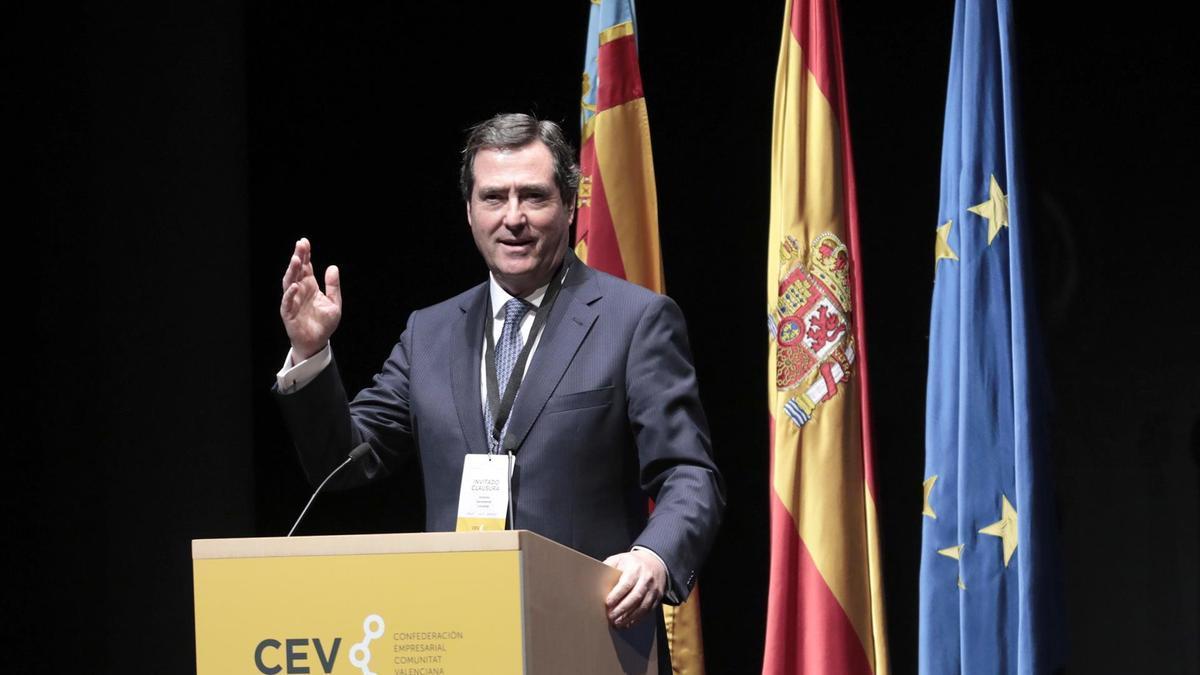 Antonio Garamendi, durante su intervención en la clausura de la asamblea general de la CEV
