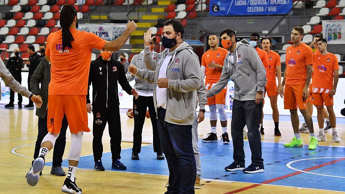 El cuerpo técnico del Leyma Coruña hace el pasillo a Gary McGhee antes del inicio de un partido de esta temporada.    // VÍCTOR ECHAVE