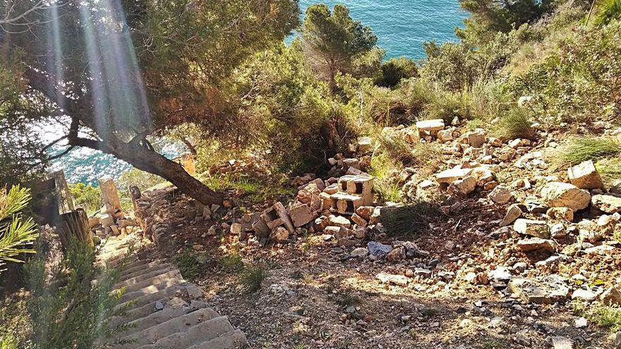 Escombros de chalés  de lujo sepultan una senda protegida en Xàbia