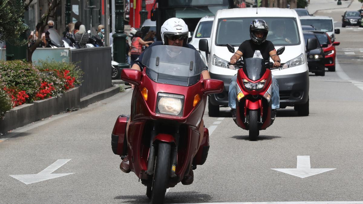 Motoristas circulando por la ciudad de Vigo. / Ricardo Grobas