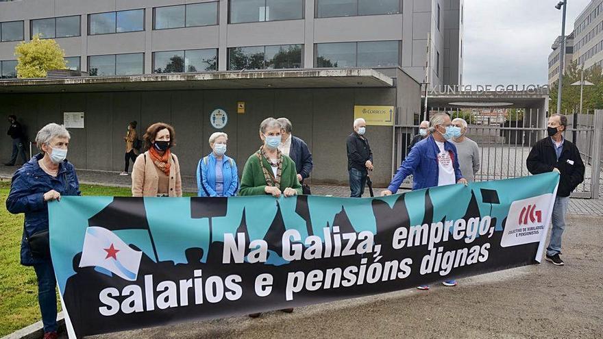 Sindicalistas de la CIG se concentran ante la Xunta en defensa de las pensiones