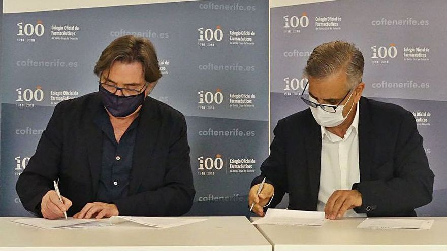icard Troiano i Gomà en la firma junto a Manuel Ángel Galván González  | | E.D.