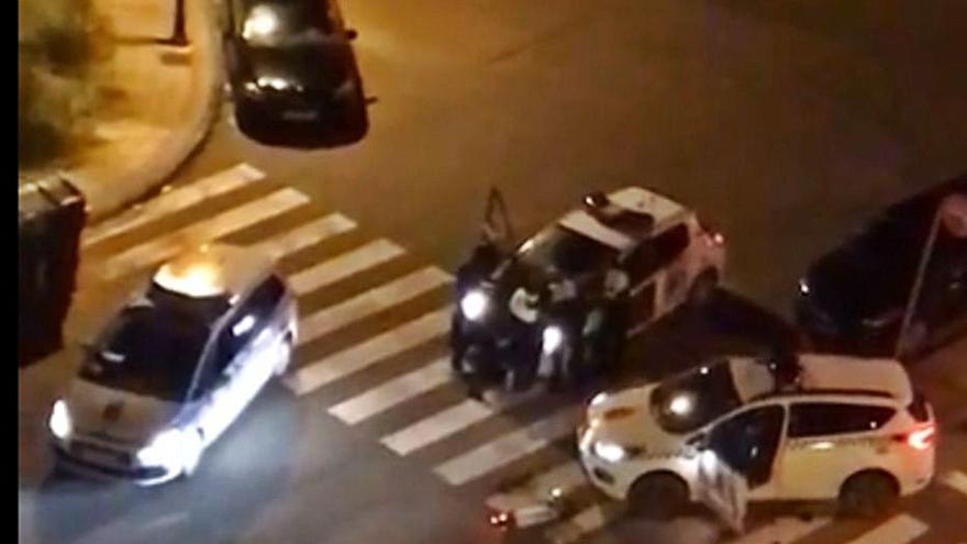 Choca contra un vehículo policial en Salinas y se enfrenta a los agentes