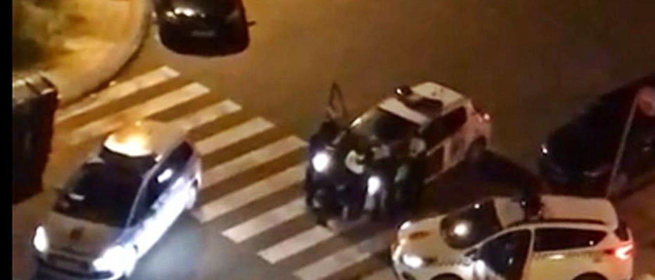 Agentes de la Policía Local y de la Guardia Civil reducciendo al hombre en la avenida de El Campón, en Salinas.