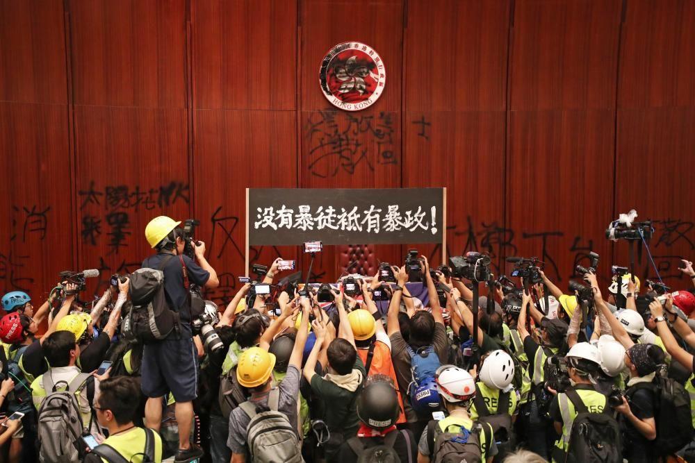 Los hongkoneses entran en el Parlemento.