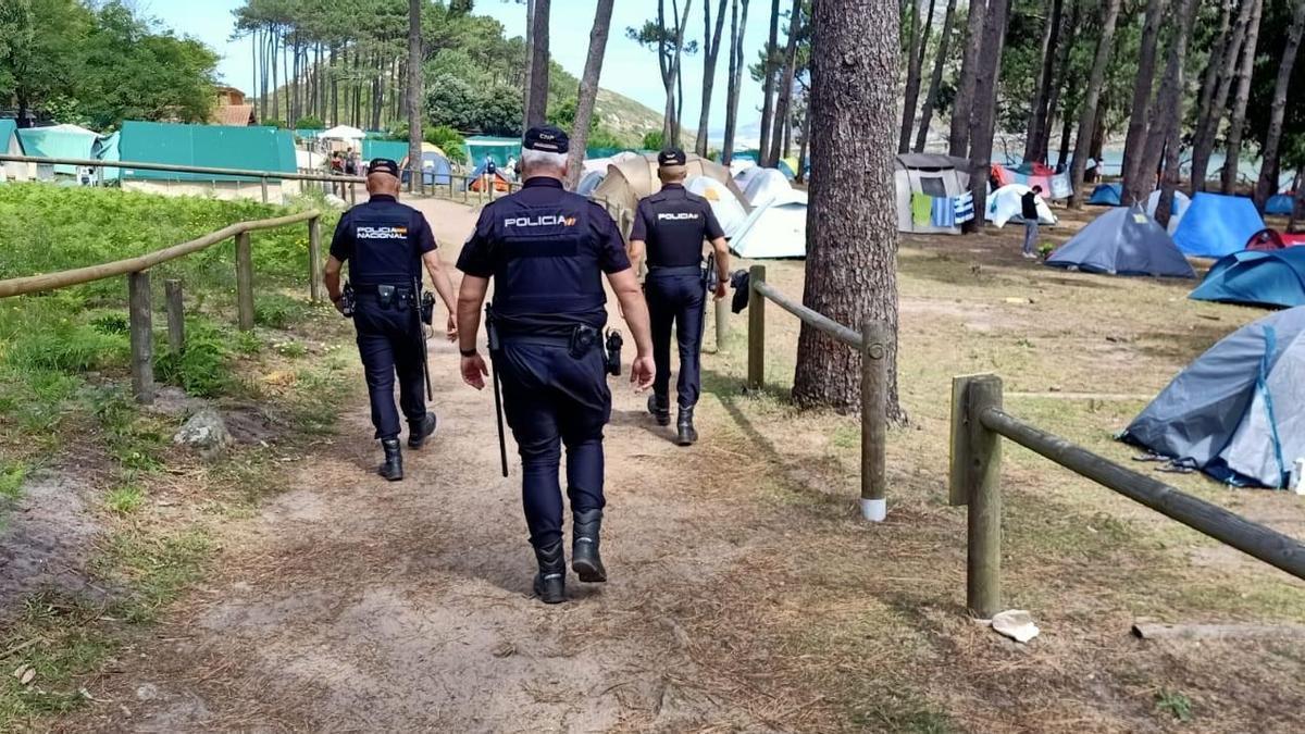 Agentes de la Policía Nacional patrullando en las islas Cíes.