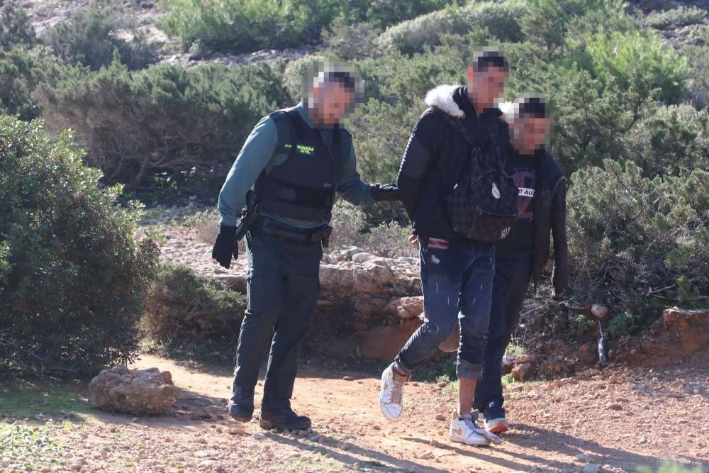 Inmigrantes detenidos tras llegar en patera a Ibiza