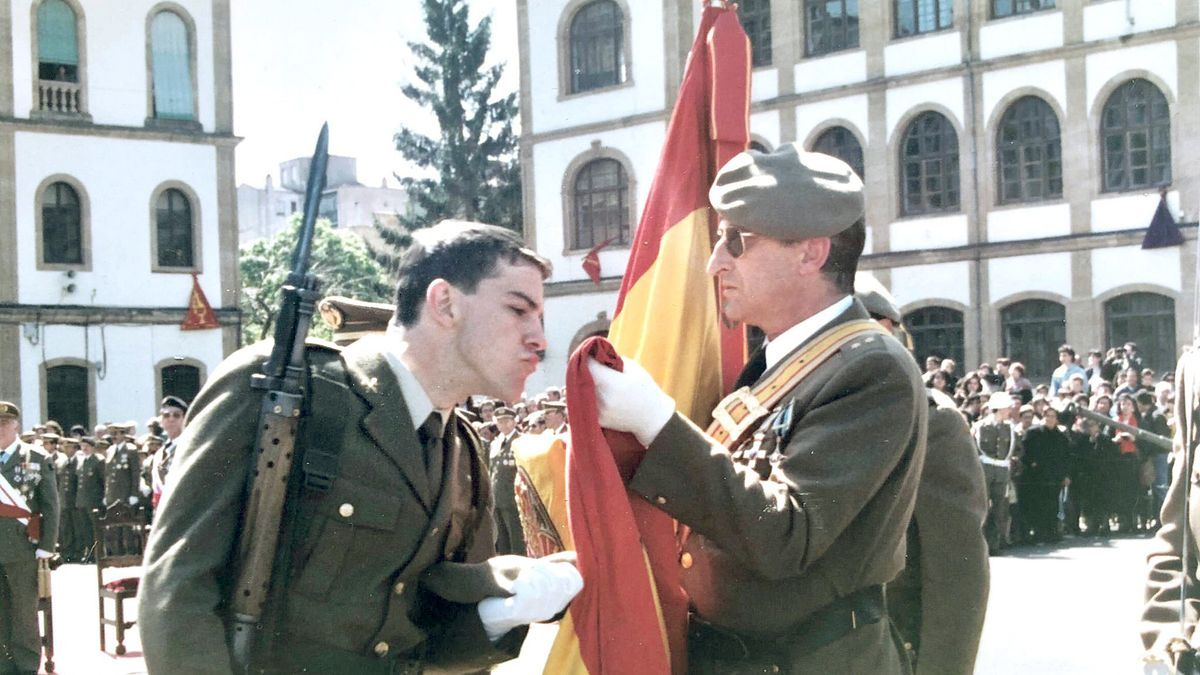 El presidente Mañueco, de joven, besa la bandera durante la jura de bandera en la mili.