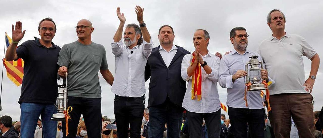 Los líderes independentistas indultados, tras abandonar la cárcel.