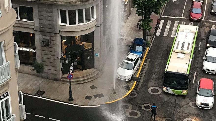 Un géiser de casi 10 metros sorprende a cientos de personas en el centro de Vigo