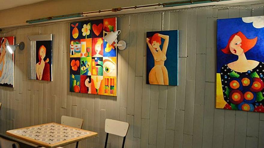 Pilar Barrero expone sus pinturas en el bar La Checa, Cangas