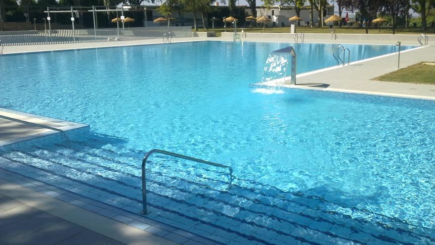 El retraso de unas obras obliga a habilitar nuevos vestuarios en la piscina de Montilla