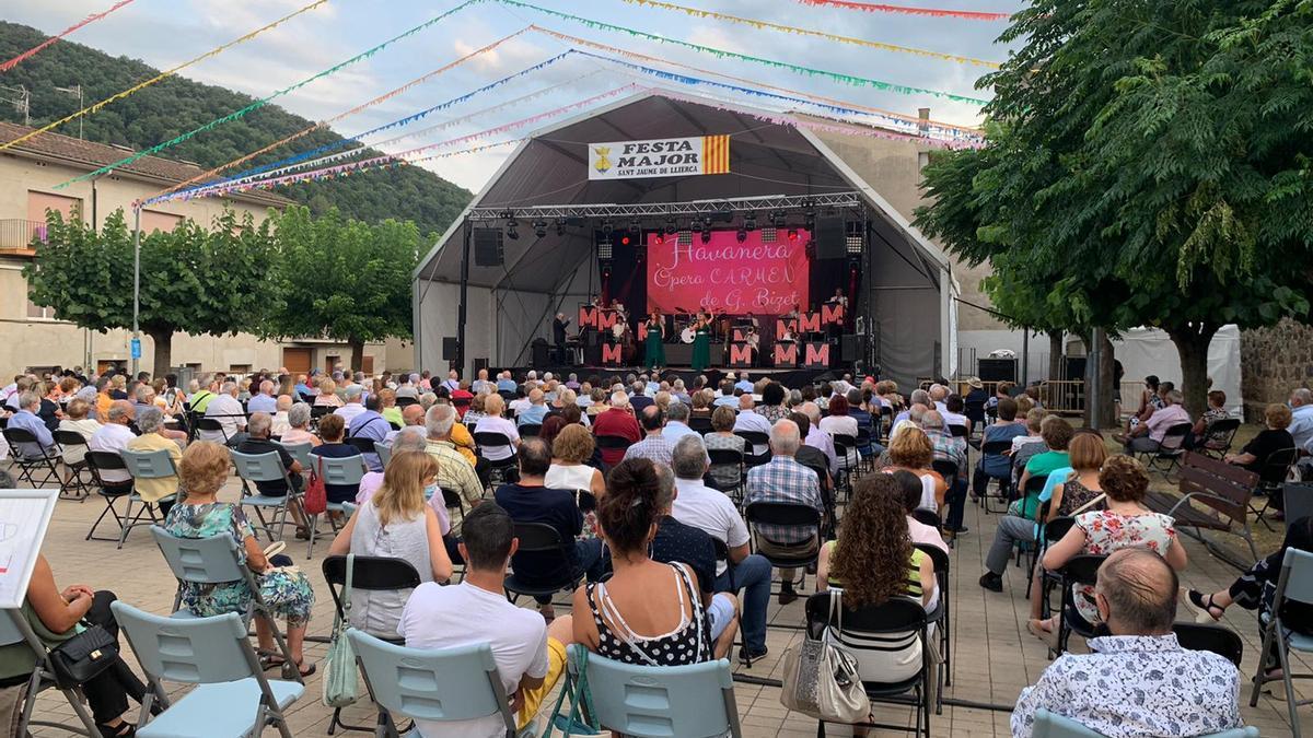Actuació de l'Orquestra Maravella a Sant Jaume de Llierca.