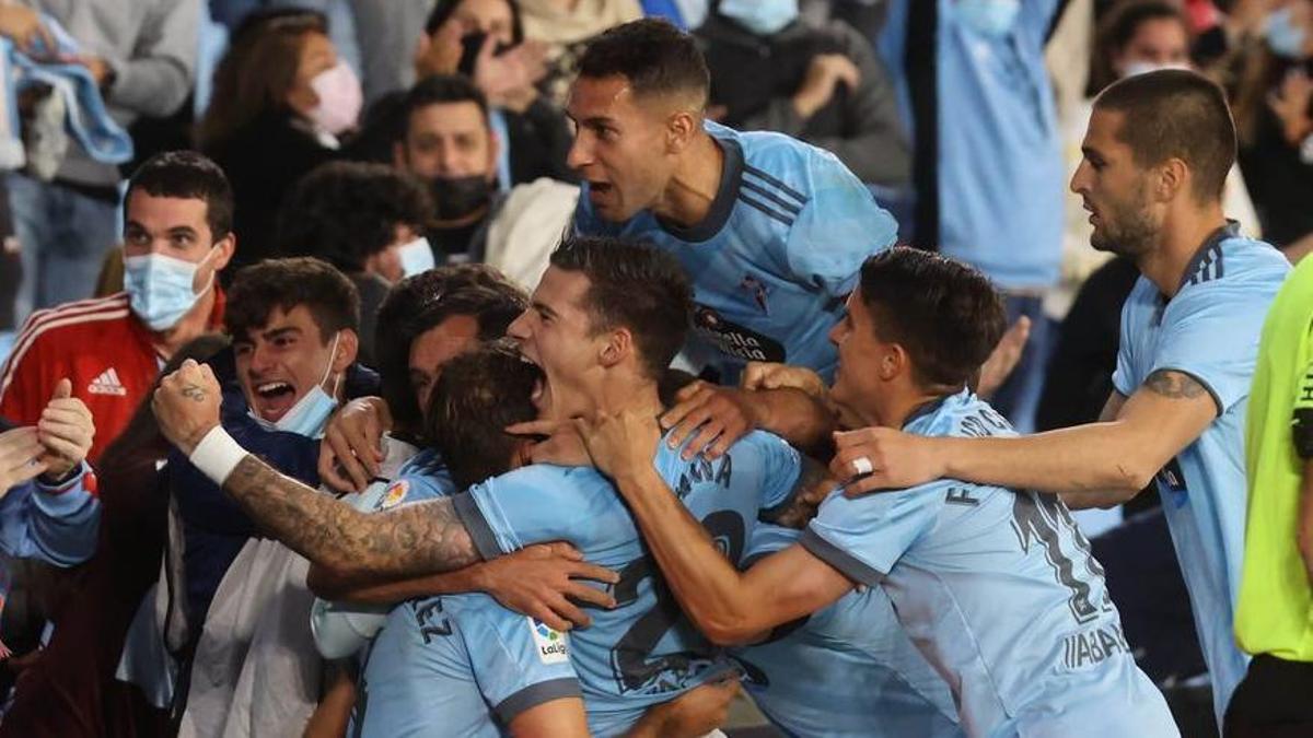 Celta players celebrate the goal against Granada.