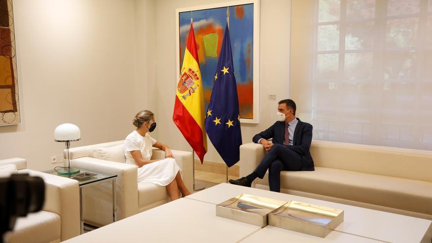 Pedro Sánchez y Yolanda Díaz escenifican el acuerdo de Presupuestos en el seno del Gobierno
