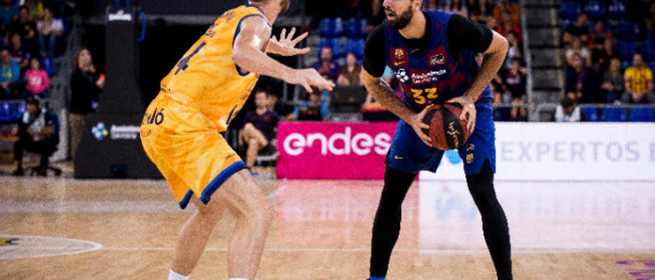 Nikola Mirotic en posesión del balón, frente a John Shurna, en el partido que jugaron el Barça y el Granca en el Palau.
