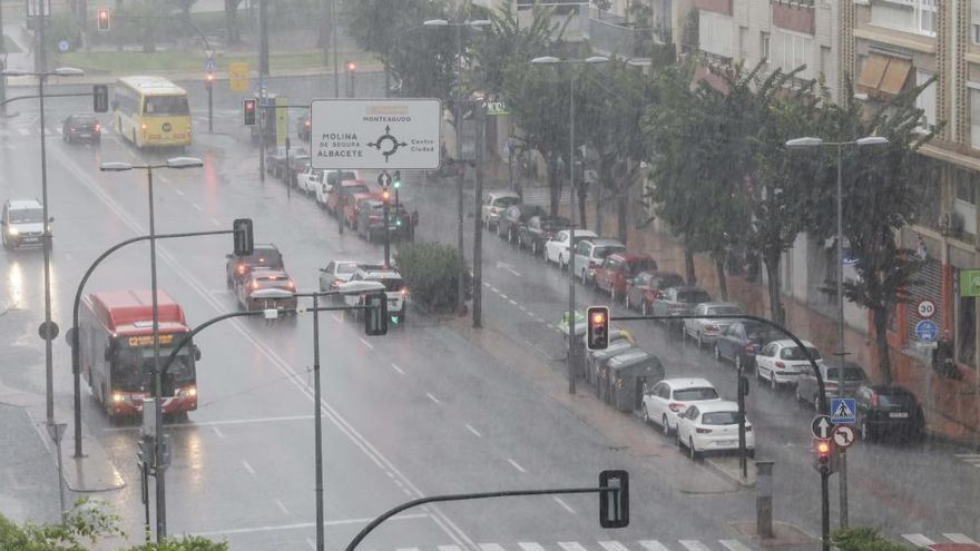 Aemet mantiene los aviso por lluvias y añade el riesgo de tormentas en toda la Región