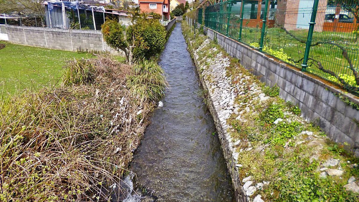 Río de San Pedro, en su último tramo, canalizado, en A Veiga, en el límite con Cambre. |   // L.O.