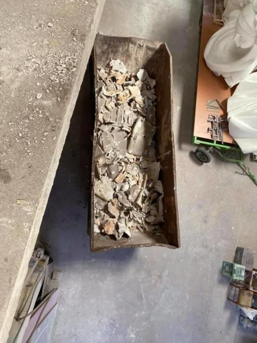 """Restos del molde en el contenedor. A la derecha, figuras a medio hacer en """"corcho blanco"""", el presente de la construcción de falla."""