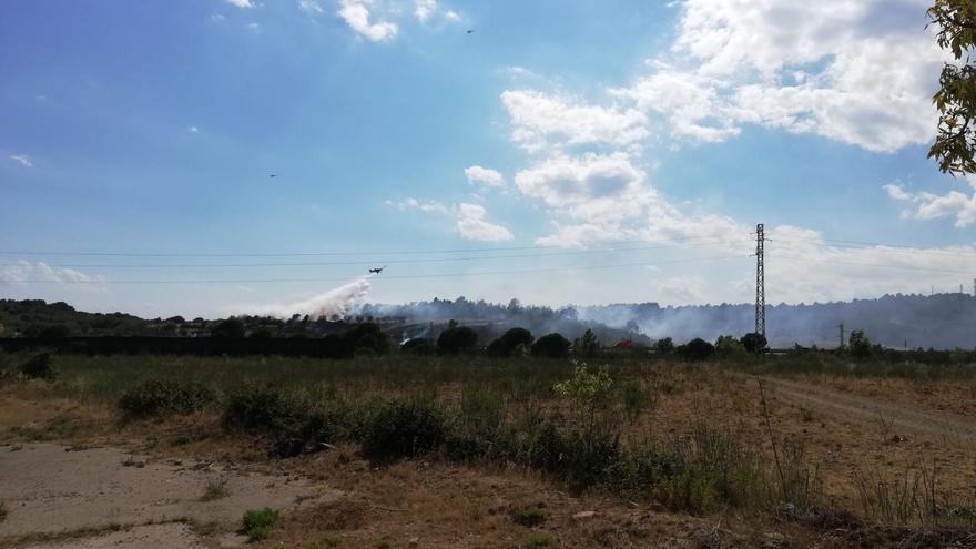 Els Bombers treballen per apagar un incendi a Vilafant.