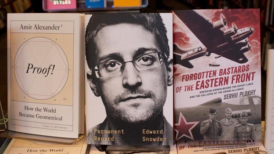 EE.UU. demanda a Snowden por publicar sus memorias