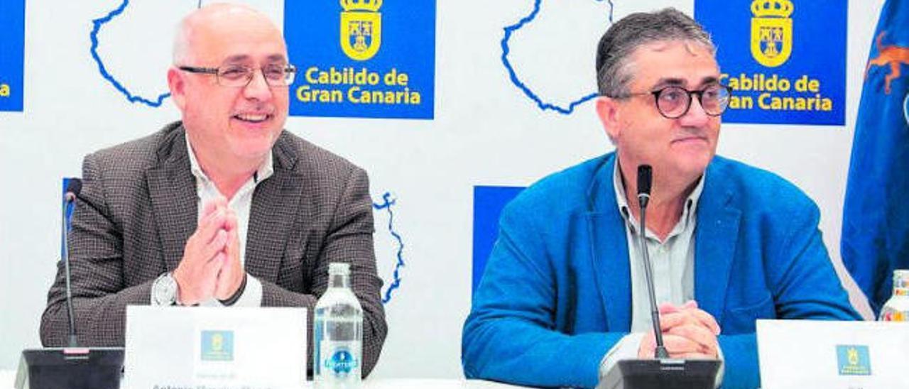 El presidente del Cabildo, Antonio Morales, y el consejero de Empleo, Juan Díaz, durante una comparecencia en el Cabildo.