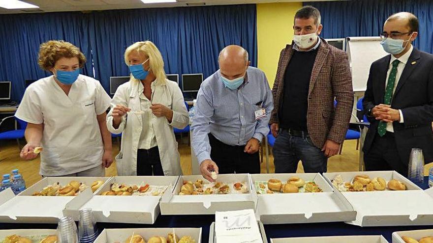 El Hospital de Cangas del Narcea degustó el campanu en canapés