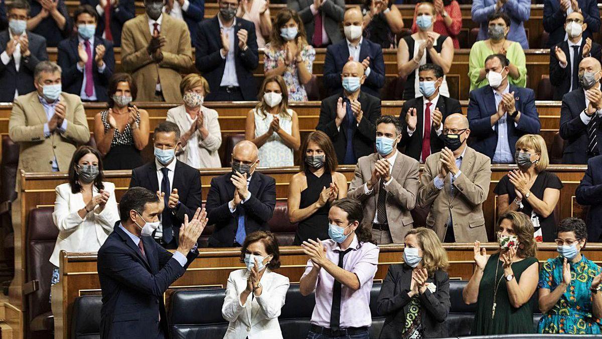 La bancada socialista, al completo, aplaudiendo al presidente Sánchez.