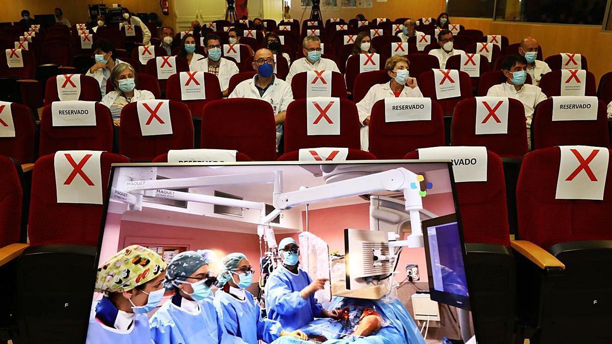 La intervención en el quirófano híbrido retransmitida online ayer, durante el acto en Cabueñes.