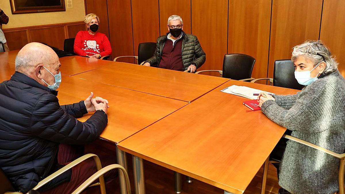"""Por la izquierda, Juventino Montes, Isabel Viña, Luis Manuel Fernández, """"Floro"""", y Ana González, en la reunión que mantuvieron ayer."""