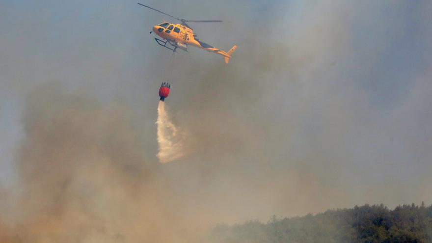 Numerosos medios aéreos y terrestres combaten un incendio forestal en La Carballeda