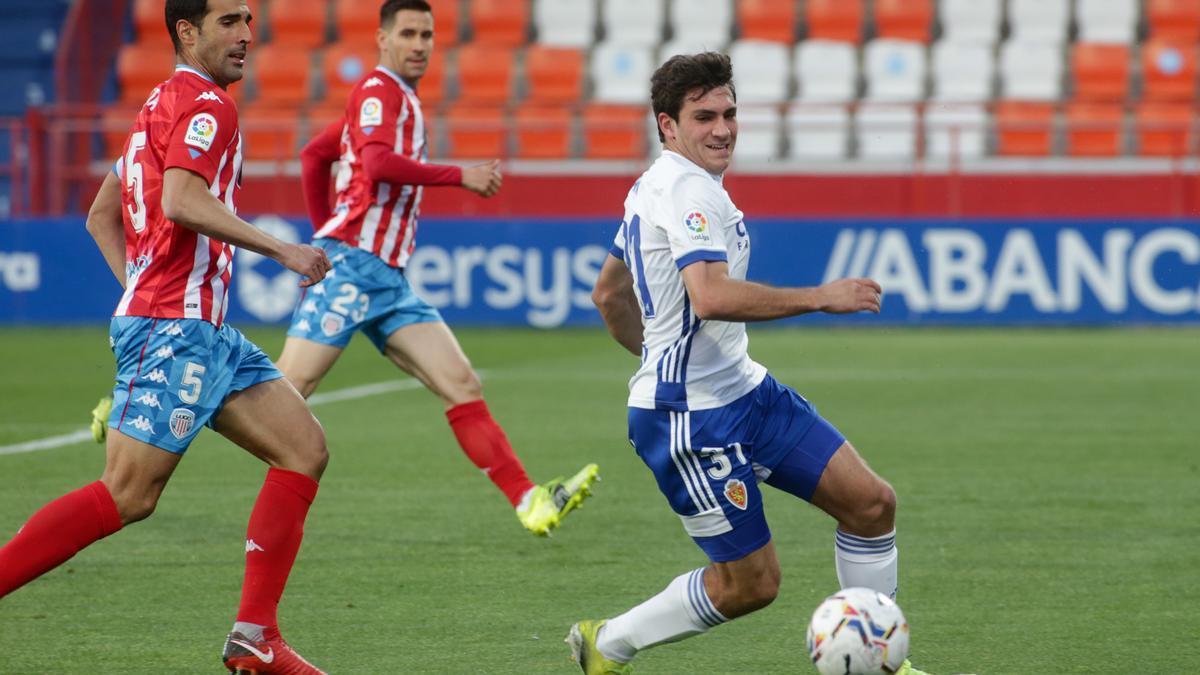 Iván Azón, en plena disputa de un balón en el Anxo Carro de Lugo.
