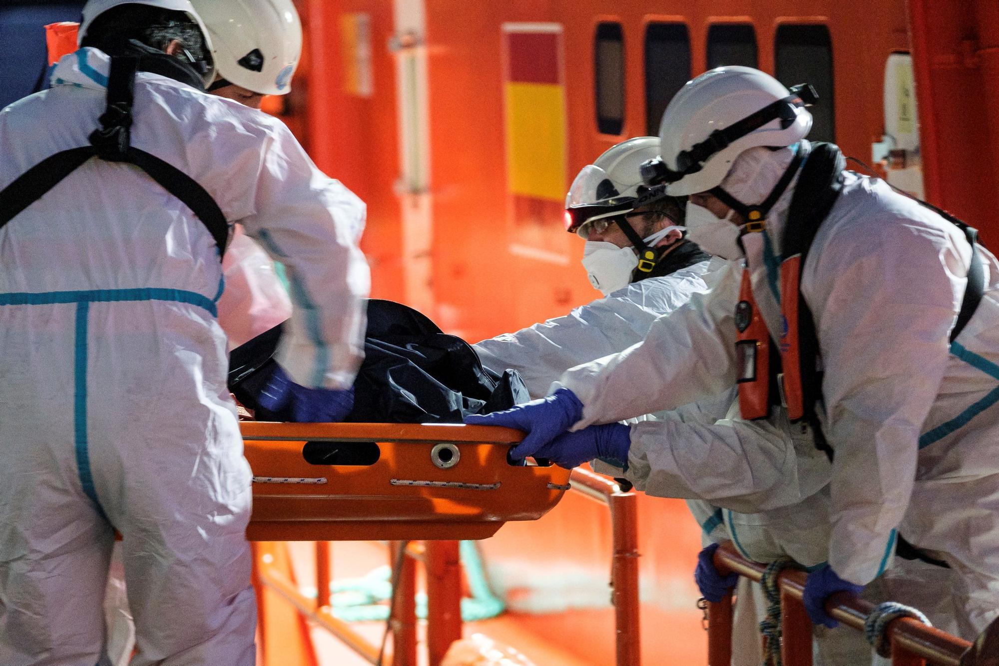 Fallecen cinco inmigrantes en un cayuco rescatado a 250 km de Canarias
