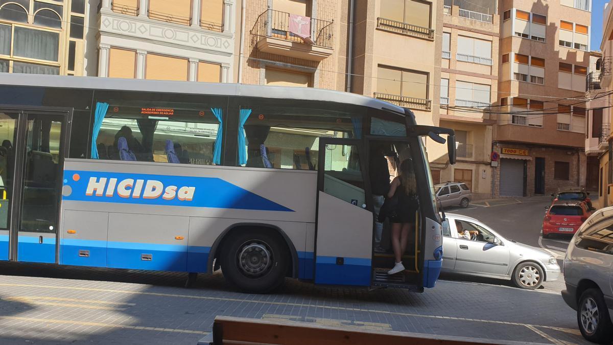 Imagen de archivo de jóvenes que suben al bus en l'Alcora hacia otras poblaciones, pero Onda no está entre ellas.