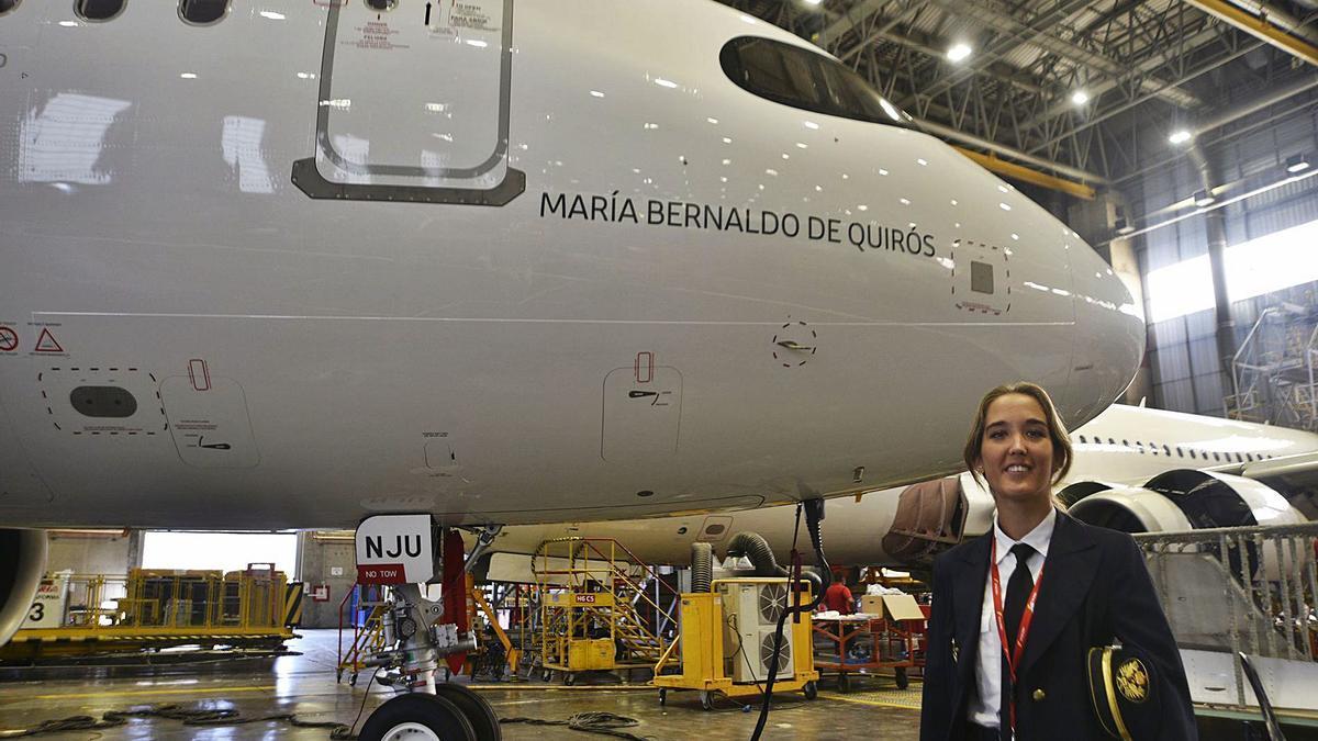 """Sonia Abellán Montes, pilotu d'Iberia que quixo posar col avión retuláu col nome de María Bernaldo de Quirós: """"Abriónos camín"""", dixo Abellán.   Iberia"""