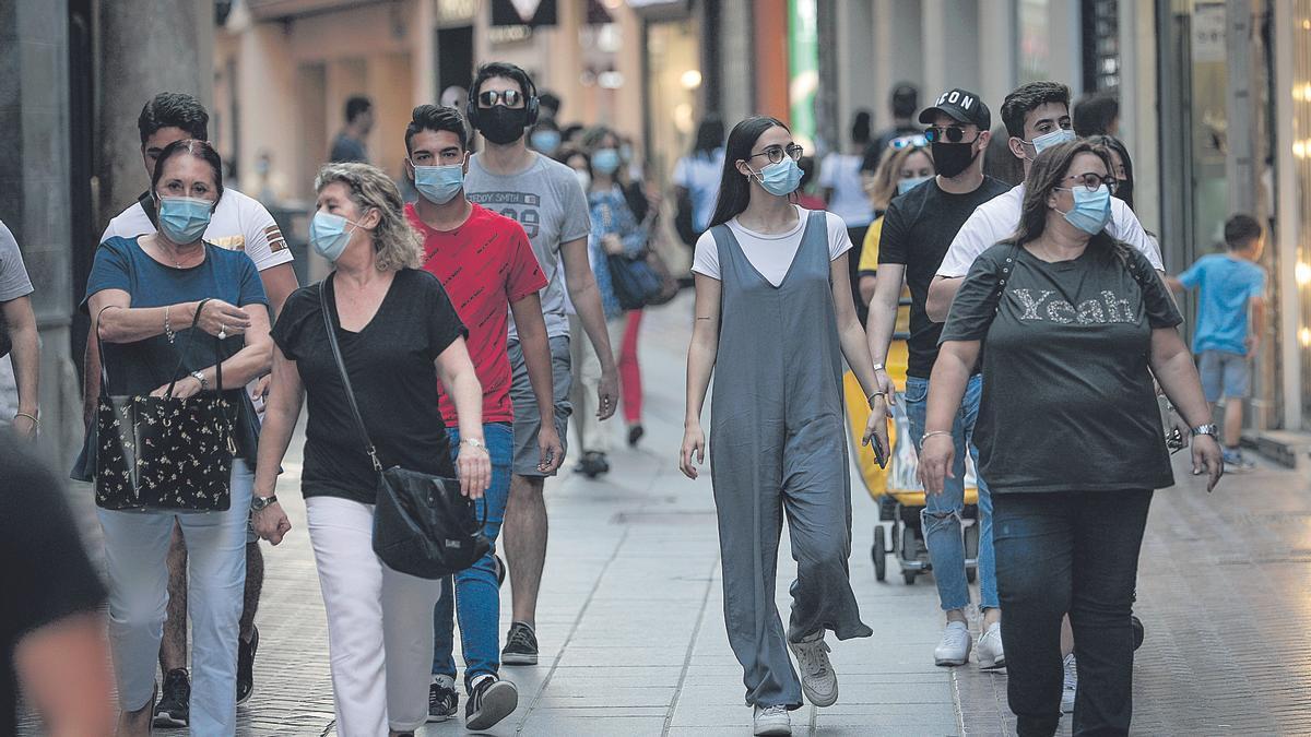 Ciudadanos circulan por el centro de Palma con mascarilla
