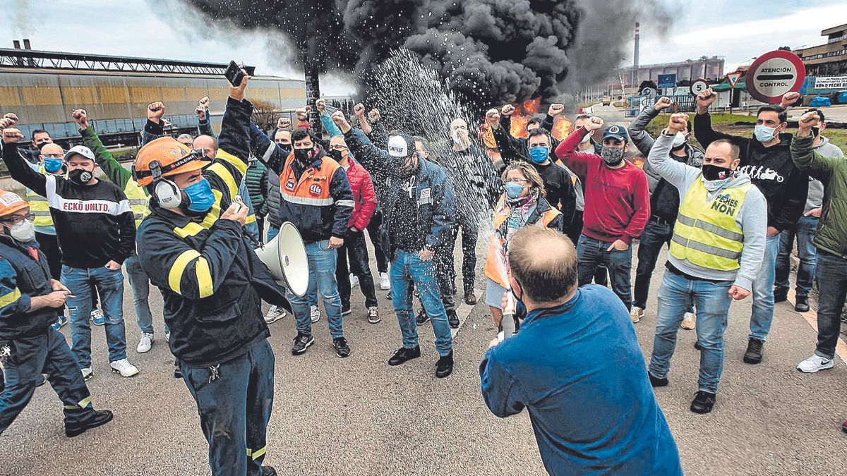 Trabajadores de Alcoa San Cibrao celebran la sentencia que anula su ERE. | Efe