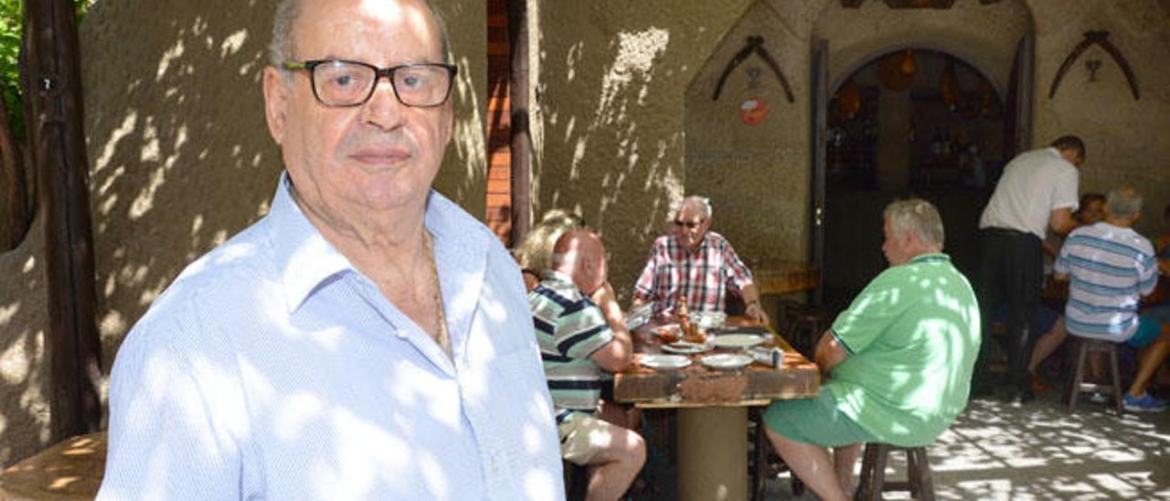Bartolo Rodríguez López, en la entrada a las cuevas del restaurante Tagoror de Guayadeque.