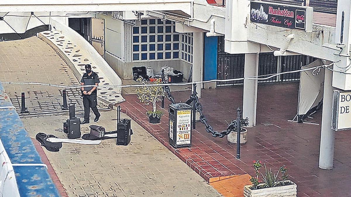 Los agentes inspeccionaron un local de karaoke, donde se sospecha que pudo ocurrir el fallecimiento de la joven.