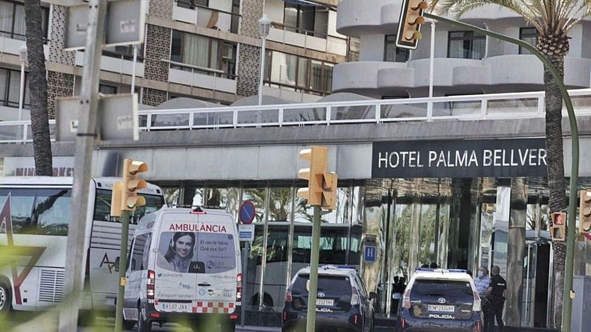 La policía en el hotel de Mallorca donde ayer fueron aislados grupos de estudiantes.  | LEVANTE-EMV